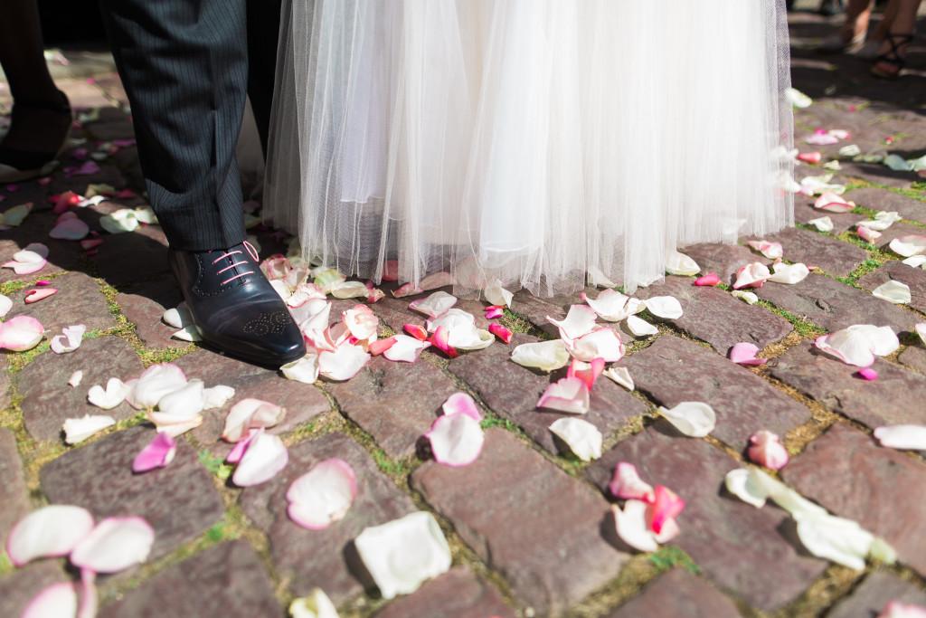 mariés église, mariés fleurs, mariés pétales, wedding planner com' une orchidée