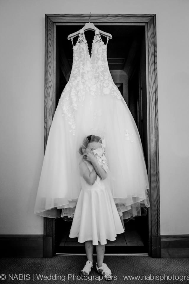 robe de mariée et petite fille