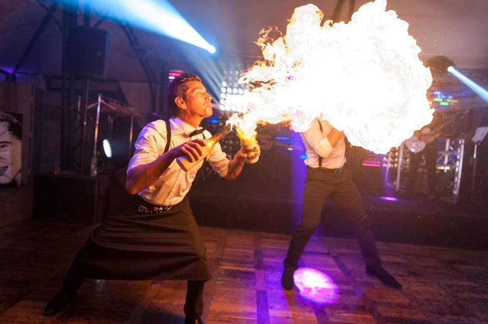 barman jongleur cracheur de feu